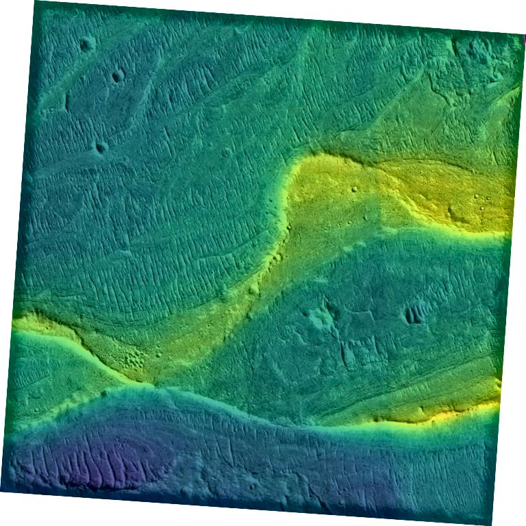 Фотаздымак захаванага рачнога канала на Марсе, зроблены арбітальным спадарожнікам, з каляровым пакрыццём на розных узвышшах (сіні нізкі, высокі жоўты) (NASA / JPL / Univ. Arizona / UChicago)