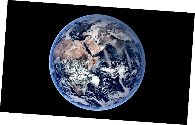Ez a NASA kék márvány képe megmutatja, mennyire tökéletes a gömb a Föld valójában. Forgása miatt azonban a Földnek egyenlítőjénél csak 26 mérföld (41 km) kissé eldugult, így elhomályosodott gömbré válik.