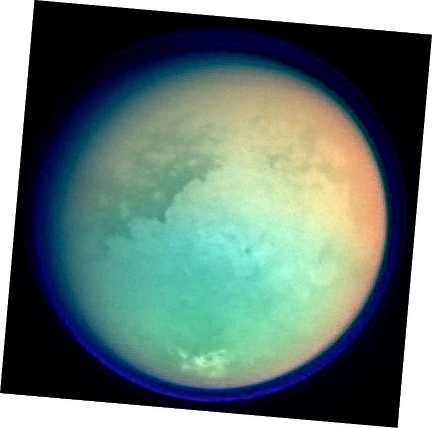 In diesem Bild von Titan werden der Methandunst und die Atmosphäre in einem nahezu transparenten Blau dargestellt, wobei Oberflächenmerkmale unter den Wolken angezeigt werden. Ein Verbund aus ultraviolettem, optischem und infrarotem Licht wurde verwendet, um diese Ansicht zu konstruieren. Durch die Kombination ähnlicher Datensätze im Laufe der Zeit für einen direkt abgebildeten Exoplaneten, selbst mit nur einem Pixel, konnten wir eine Vielzahl seiner atmosphärischen, Oberflächen- und saisonalen Eigenschaften rekonstruieren. (NASA / JPL / SPACE SCIENCE INSTITUT)