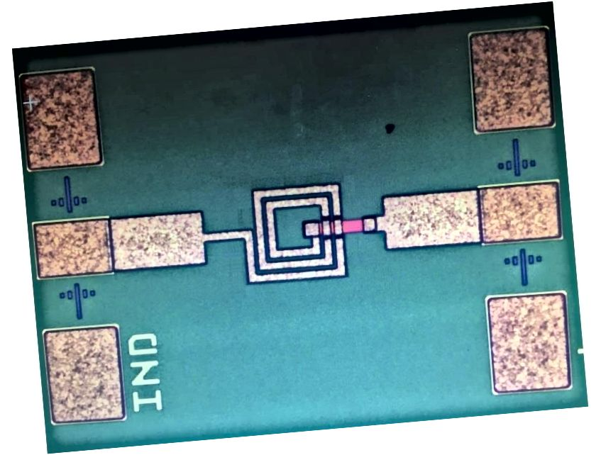 Metalni induktor na čipu, u središtu, još uvijek se oslanja na Faradayevu nadahnuću koncepta magnetske induktivnosti. Postoje ograničenja u njegovoj učinkovitosti i tome koliko je dobro minijaturistično, a u najmanjoj elektronici ti induktori mogu zauzeti punih 50% ukupne površine dostupne za elektroničke komponente. (H. Wang i sur., Journal of Semiconductors, 38, 11 (2017))