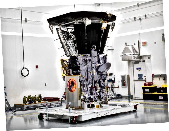 La Parker Solar Probe es troba dins d'una habitació neta a la instal·lació Astrotech, a Florida. Imatge de la NASA.