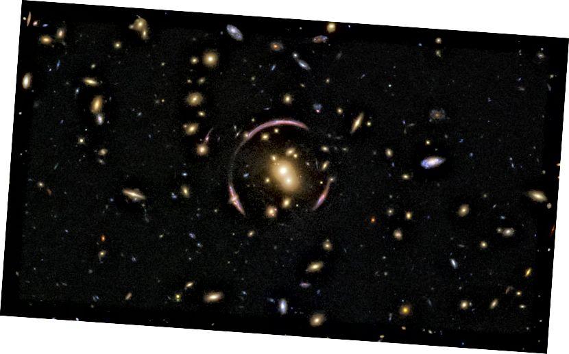 Структурата, подобна на кръговата дъга, която можете да наблюдавате тук, се нарича пръстен на Айнщайн, заловен от Хъбъл. Това се формира поради изкривяване на пространството и времето от галактическия клъстер, както се вижда тук. (Кредитни изображения: ESA / Хъбъл и НАСА; Потвърждение: Джуди Шмит)