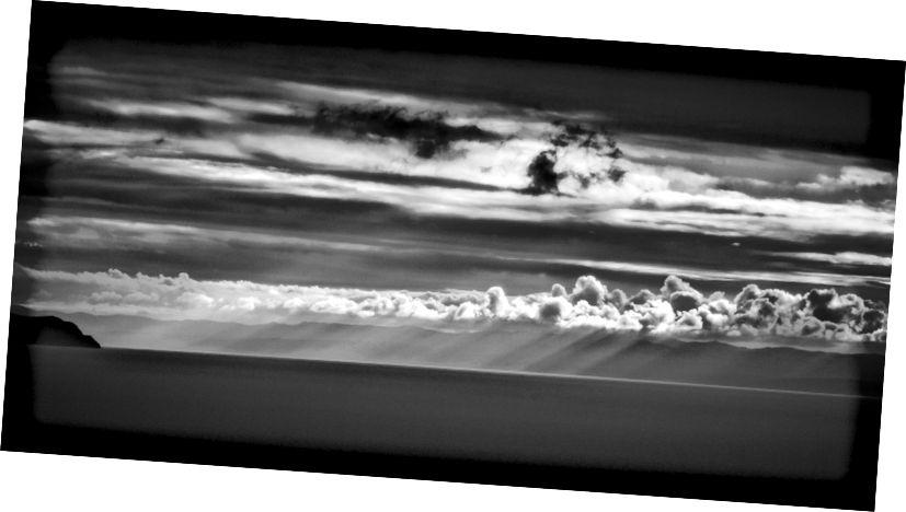 Grianghraf a cuireadh isteach go poiblí ó 2011 ó phobal EdHat i California, © 2003–2015 Iris Ar Líne Edhat, trí http://www.edhat.com/daypics2011/blackwhiteclouds1.jpg.