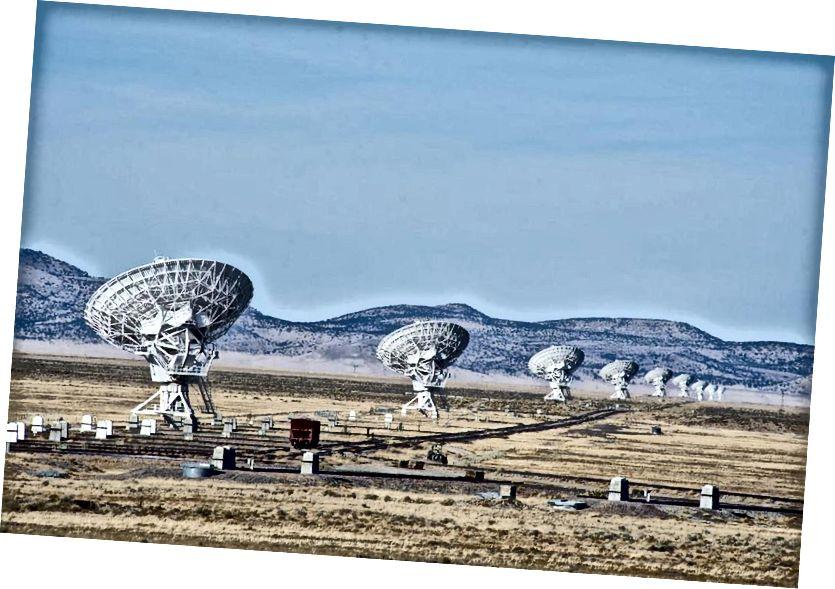 Ein kleiner Teil des Karl Jansky Very Large Array, eines der weltweit größten und leistungsstärksten Arrays von Radioteleskopen. Wenn die einzelnen Gerichte nicht richtig miteinander synchronisiert sind, erreichen sie keine höhere Auflösung als ein einzelnes Gericht. (JOHN FOWLER)