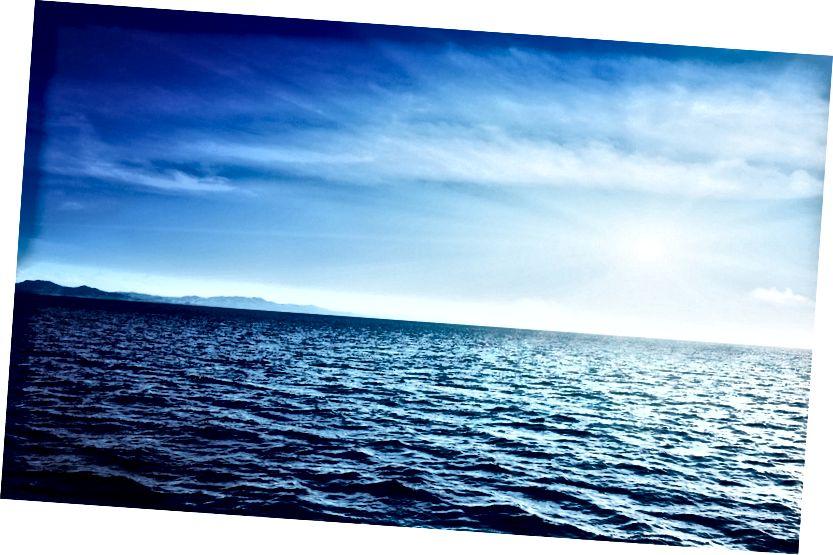 Ozeanwasser hat ein extrem geringes Reflexionsvermögen und gibt nur ~ 6% der darauf abgelagerten Sonnenenergie zurück in den Weltraum.