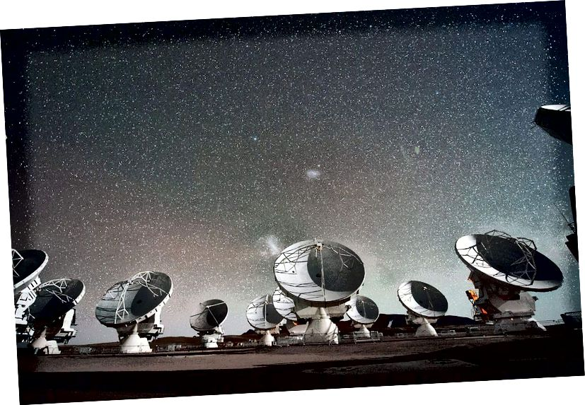 Das Atacama Large Millimeter / Submillimeter Array (ALMA) ist eines der leistungsstärksten Radioteleskope der Erde. Diese Teleskope können langwellige Signaturen von Atomen, Molekülen und Ionen messen, die für kürzerwellige Teleskope wie Hubble nicht zugänglich sind, können aber auch Details von protoplanetaren Systemen und möglicherweise sogar fremde Signale messen, die selbst Infrarot-Teleskope nicht sehen können. Es war die wichtigste Ergänzung zum Event Horizon Telescope. (ESO / C. MALIN)
