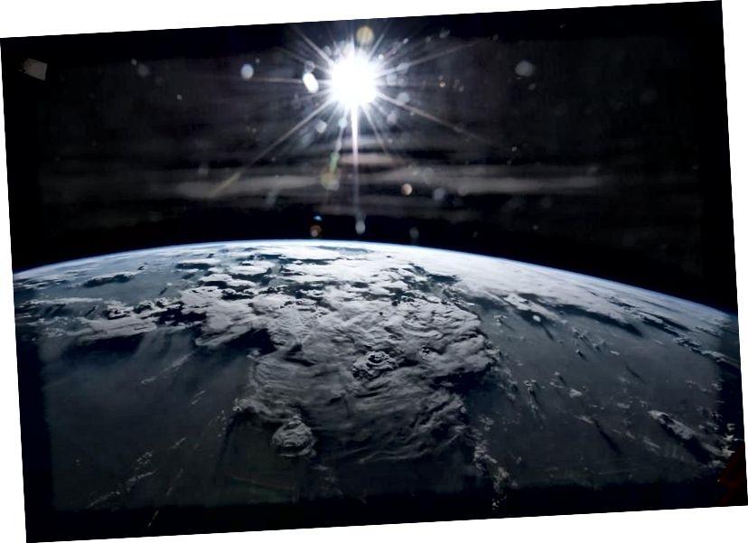 Bumi dan Matahari, tidak jauh berbeda dari bagaimana mereka muncul 4 miliar tahun yang lalu. Pada tahap awal Tata Surya, Venus dan Mars mungkin terlihat sangat mirip. (NASA / TERRY VIRTS)