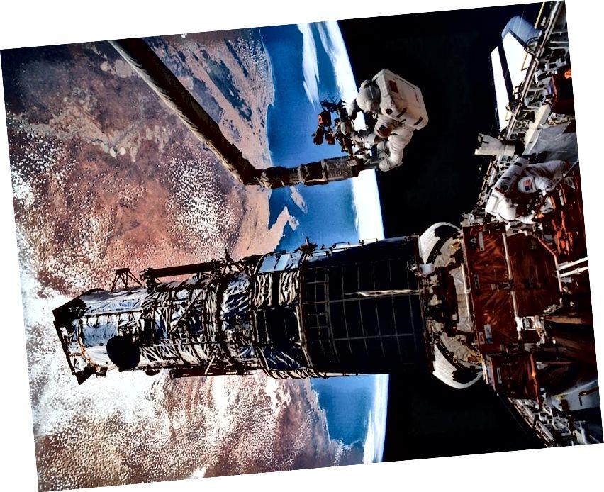 Гісторыя касманаўта Мусгравэў на EVA да касмічнага тэлескопа Хабла. Малюнак: NASA / STS-61.
