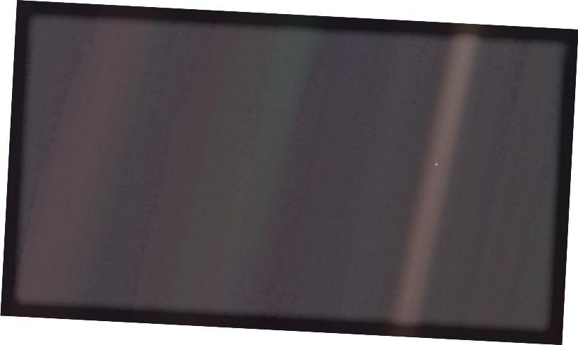 """A Föld legtávolabbi képe, amelyet valaha készített, ez: 1990. február 14-én a Voyager 1 űrhajó által. A világon a """"halványkék pont"""" fotóként vált ismertté. (NASA / VOYAGER 1)"""