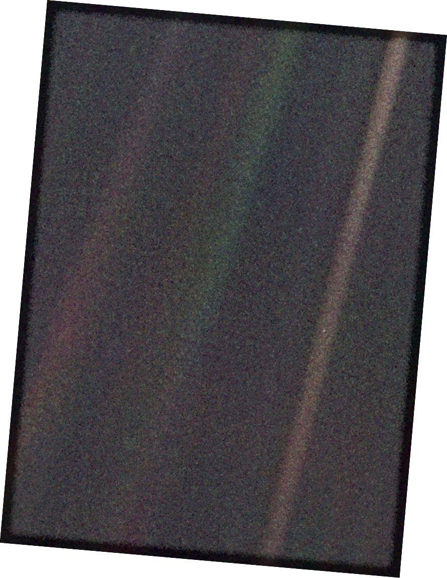 """A Föld e szűk látószögű, """"Pale Blue Dot"""" elnevezésű színes képe a Voyager 1 által készített Naprendszer első """"portréjának"""" része. Az űrhajó összesen 60 képkockát vásárolt a Nap mozaikjára. A rendszer több mint 6 milliárd km távolságra van a Földtől és körülbelül 32 fokkal az ekliptika felett. A Voyager nagy távolságától a Föld puszta fénypont, még a keskeny szögű fényképezőgépnél is kisebb a kép eleménél. A Föld csak 0,12 pixel méretű félhold volt. Véletlen egybeesésként a Föld közvetlenül az egyik olyan szétszórt fénysugár közepén fekszik, amely a képet olyan közel áll a nap felé. A Föld ezt a felrobbantott képét három színszűrőn - lila, kék és zöld - vették át, és rekombinálták a színes kép előállításához. A kép háttérjellemzői a nagyítás eredményei. (NASA / VOYAGER 1)"""