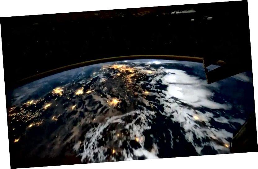 Az emberek rutinszerűen megnézhetik a Földet az űrből, keringve a világunkat 90 percenként egyszer. Az embernek a világunkra gyakorolt hatásának lenyomata, különösen éjszaka, közelről könnyen látható, de nem látható nagy távolságra az alacsony földi pályán. (NASA / NEMZETKÖZI SPACE STATION)