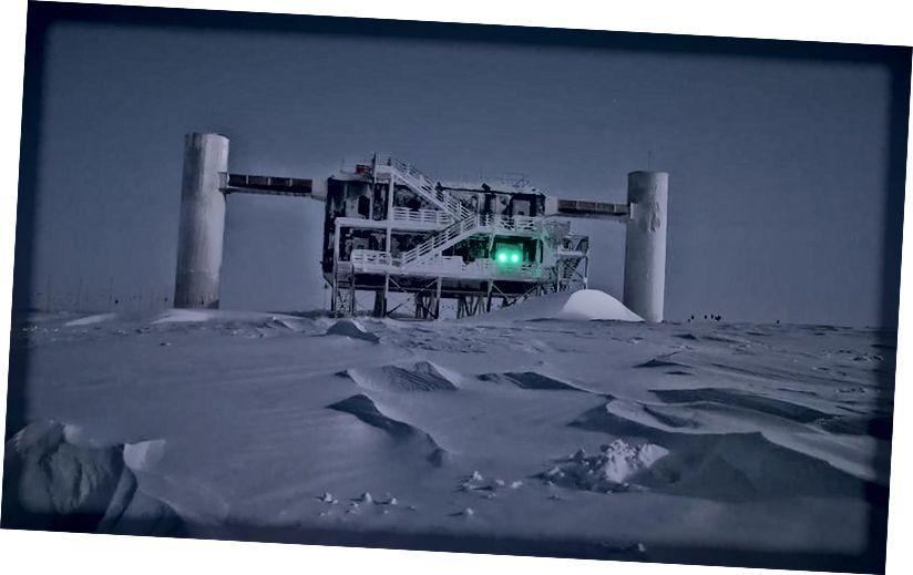 Абсерваторыя IceCube, першая падобная абсерваторыя нейтрына, прызначана для назірання за гэтымі няўлоўнымі высокаэнергетычнымі часціцамі з-пад лёду Антарктыкі. Малюнак: Эмануэль Якабі, IceCube / NSF.