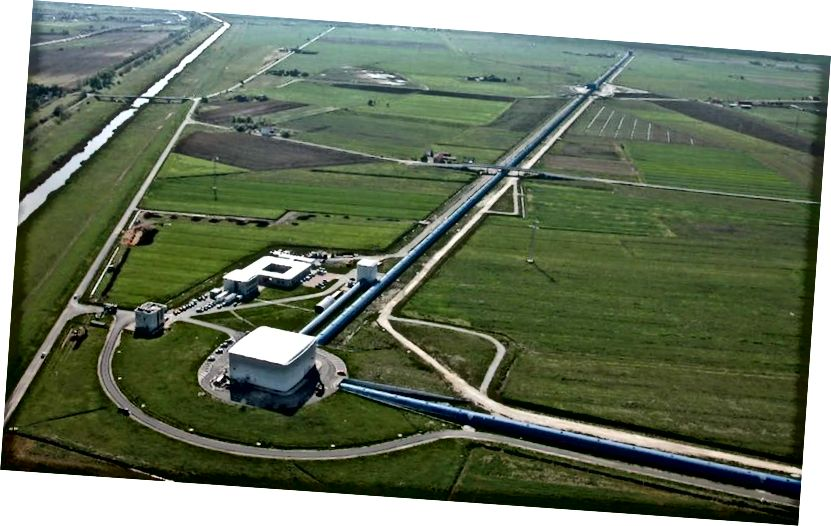 Выгляд з вышыні гравітацыйна-хвалевага дэтэктара Панны, размешчаны ў Касцыне, недалёка ад Пізы (Італія). Дзева - гэта гіганцкі лазерны інтэрферометр Мікельсана са зброяй даўжынёй 3 км і дапаўняе двайны 4 км дэтэктары LIGO. Малюнак: Нікола Бальдачы / Супрацоўніцтва Дзевы.