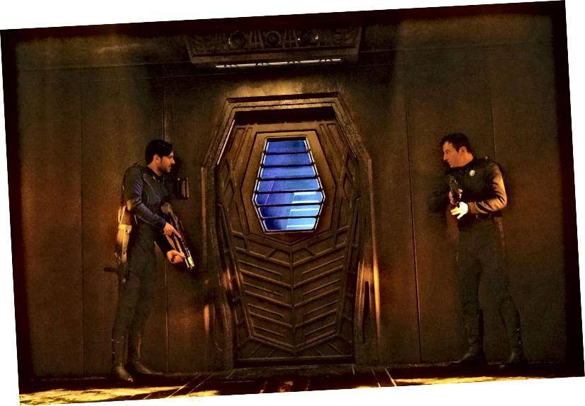 Tá Ash Tyler, a fuarthas ar bord loinge Klingon mar phríosúnach L'Rell, trí chéasadh dochreidte. Ach creideann réaltacht a chéannachta agus a chúlstáisiúin fírinne níos míchompordach. Creidmheas íomhá: Jan Thijs / CBS © 2017 CBS Interactive.
