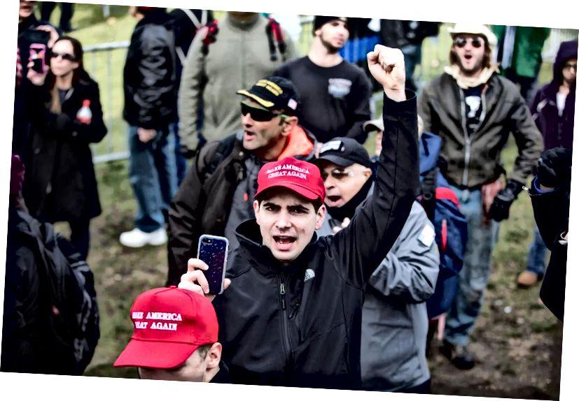 Coinníonn rannpháirtí in imeacht cainte saor in aisce eagraithe Alt-Right a dhorn ar Chomónta Bhostúin ag an ócáid 'Rally for the Republic'. Creidmheas íomhá: Scott Eisen / Getty Images.