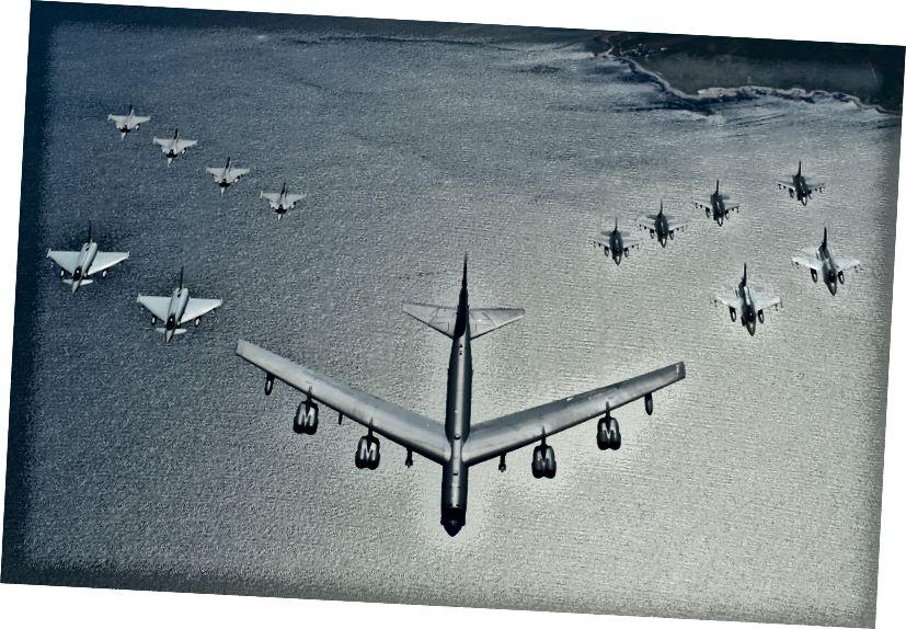 Eitlíonn aerárthach míleata bhaill NATO i bhfoirmiú le linn aclaíochta thar an Mhuir Bhailt (USAF)