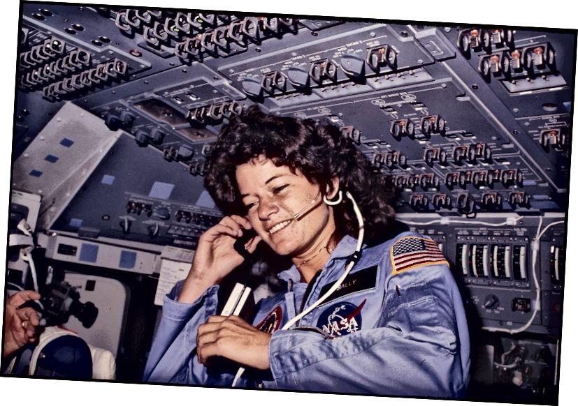 Déanann Sally Ride, an chéad spásaire mná i Meiriceá, cumarsáid le rialaitheoirí talún ón deic eitilte le linn mhisean Challenger, 21 Meitheamh, 1983. Grianghraf: Smith Collection / Gado / Getty Images