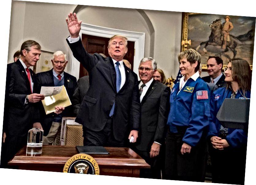 Прэзідэнт ЗША Дональд Трамп вітае нацыю разам з былым сенатарам ЗША і астранаўтам Апалона 17 Джэкам Шмітам (3-м R) і астранаўтам НАСА Пегі Уітсанам (2-я R) пасля цырымоніі падпісання Дырэктывы аб касмічнай палітыцы 1 з мэтай вяртання амерыканцаў на Месяц . Крэдыт малюнка: Сол Лоб / AFP / Getty Images.