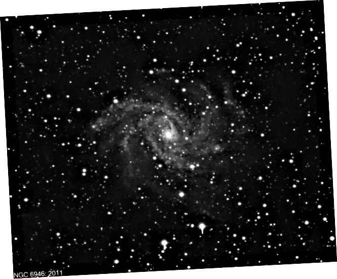 Dhá íomhá de NGC 6946: ceann ó 2011 agus ceann cosúil leis ón 14 Bealtaine 2017, a thaispeánann an supernova nua agus geal, SN 2017eaw. Tabhair faoi deara conas a tharla an supernova feadh ghéaga bíseach an réaltra seo: tipiciúil de supernovae croí-thitim, a tharlaíonn de ghnáth sna réigiúin ina bhfuil réaltaí nua díreach ag foirmiú. (GIANLUCA MASI / VIRTUAL TELESCOPE PROJECT / TENAGRA OBSERVATORIES, LTD)