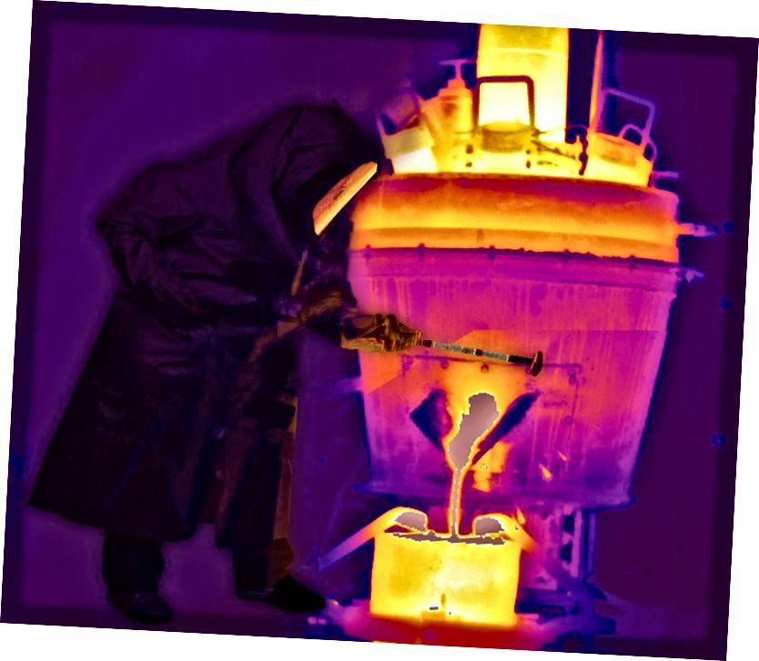 Kim loại nóng chảy chảy ra từ một trong các tế bào của Boston Metal trong hình ảnh tổng hợp này. Hình ảnh lịch sự của Boston Metal