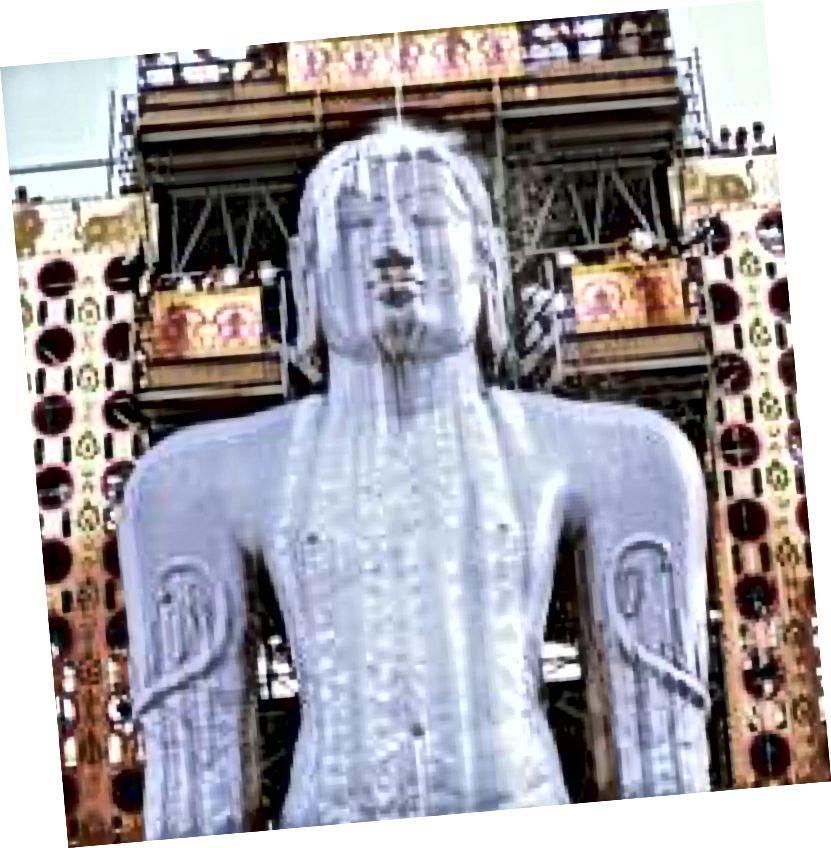 57-футная высокая маналітная статуя Бахубалі (па-ангельску: One With Strong Arms), моцна паважаная фігура сярод джайнаў, была сынам Адыната, першай тыртханкары джайнізму, разьмешчанай на пагорку Віндзягіры, на Шраванбелаголе, штат Карнатака