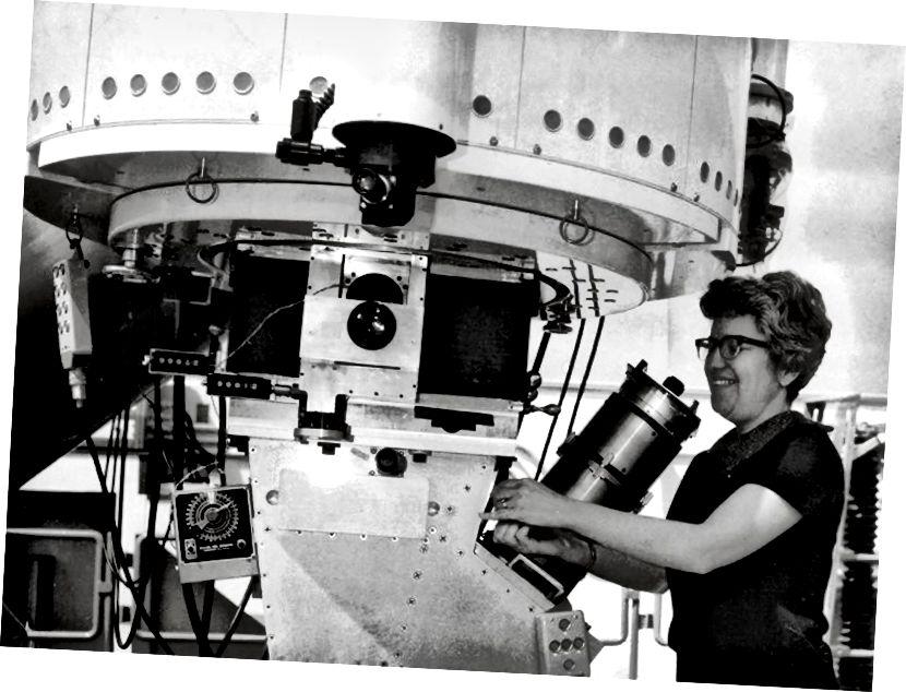Vera Rubin, a thaispeántar ag oibriú an teileascóp 2.1-méadar ag Réadlann Náisiúnta Kitt Peak le speictreagraf Kent Ford ceangailte. Creidmheas íomhá NOAO / AURA / NSF.
