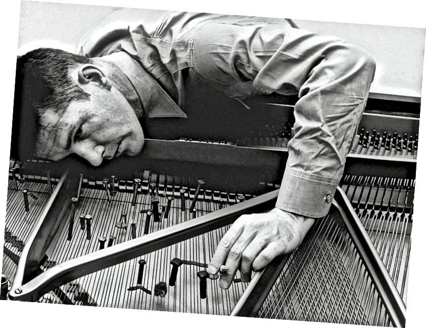 Джон Кейдж рыхтуе фартэпіяна (01947).
