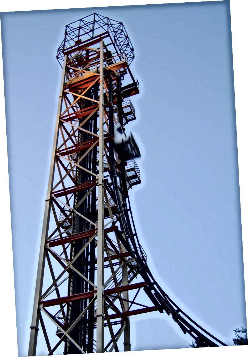 An turas Freefall, ó 2006, ag Six Flags Over Georgia. Creidmheas íomhá: WillMcC, úsáideoir Wikimedia Commons, faoi cca-3.0 neamhthuairiscithe.