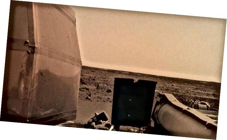 Et af de første billeder af Mars 'overflade sendt tilbage af InSight, men dens sande mission er en dybere