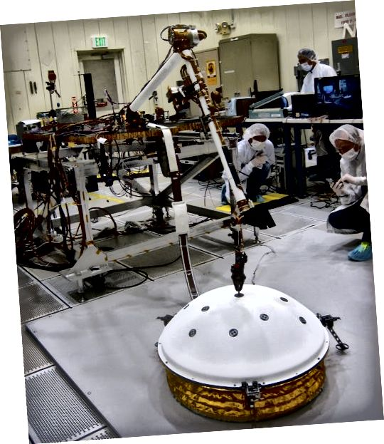 NASA tester installationen af SEIS via InSights robotarm.