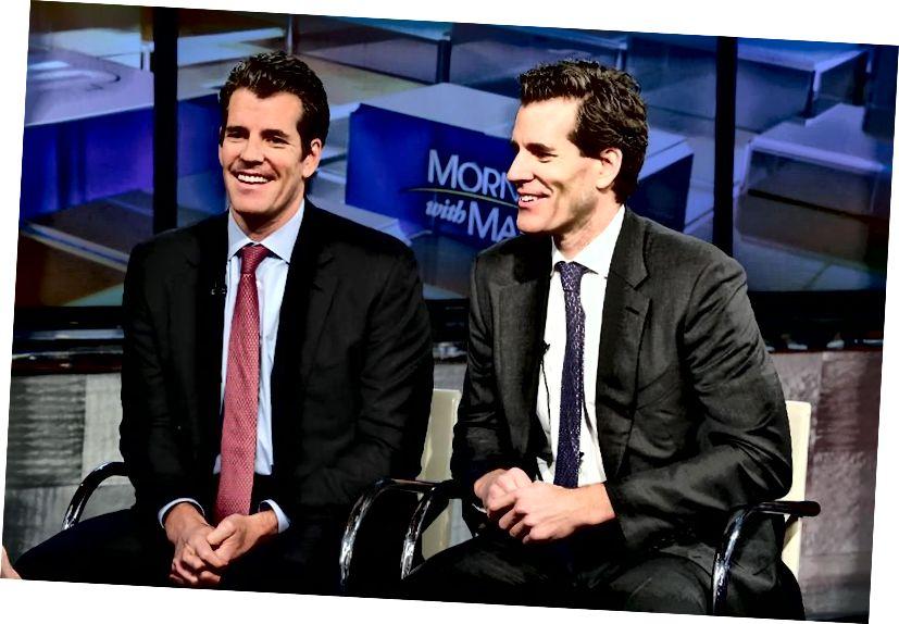 Прадпрымальнікі Тайлер Уінклвосс і Кэмеран Уінклвосс абмяркоўваюць біткойн з Марыяй Барцірама на студыях FOX 11 снежня 2017 года. У першых у свеце