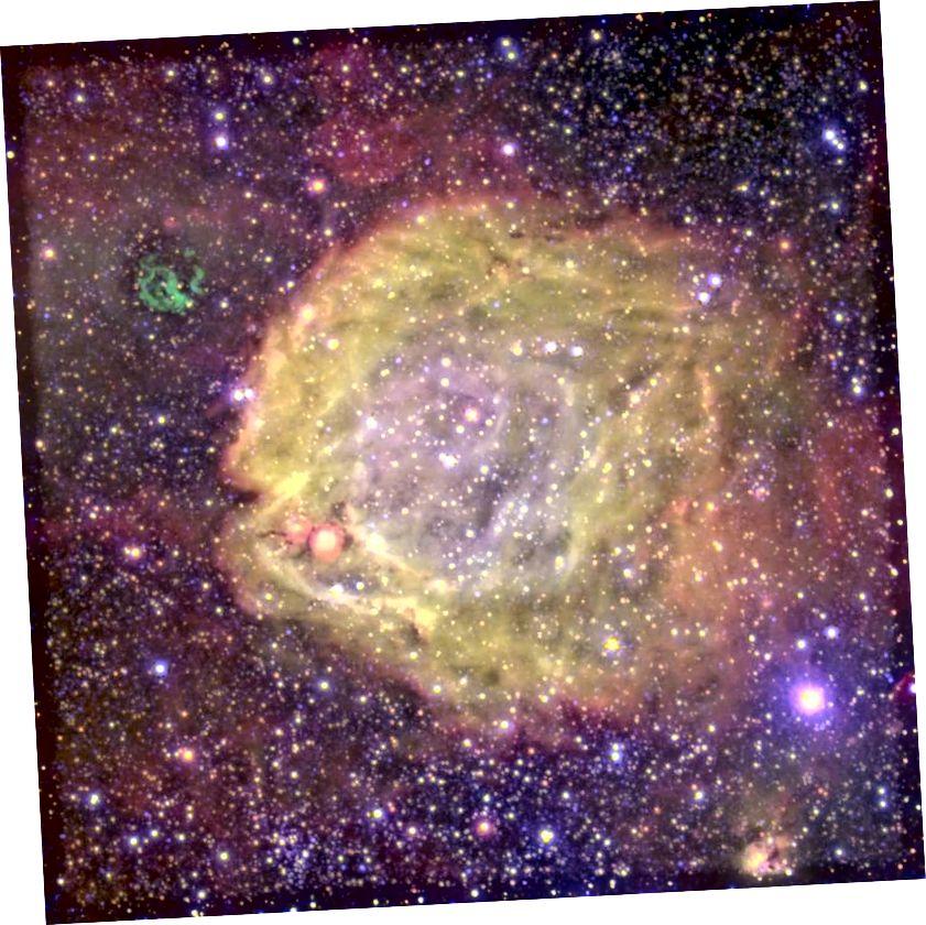 Der hier gezeigte Nebel mit extrem hoher Anregung wird von einem äußerst seltenen Doppelsternsystem angetrieben: einem Wolf-Rayet-Stern, der einen O-Stern umkreist. Die Sternwinde, die vom zentralen Wolf-Rayet-Mitglied ausgehen, sind zwischen 10.000.000 und 1.000.000.000 Mal so stark wie unser Sonnenwind und werden bei einer Temperatur von 120.000 Grad beleuchtet. (Der außermittige Rest der grünen Supernova ist nicht verwandt.) Systeme wie dieses machen höchstens 0,00003% der Sterne im Universum aus. (ESO)