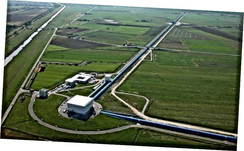 Luftaufnahme des Gravitationswellendetektors Jungfrau in Cascina bei Pisa (Italien). Virgo ist ein riesiges Michelson-Laserinterferometer mit 3 km langen Armen, das die beiden 4 km langen LIGO-Detektoren ergänzt. (Nicola Baldocchi / Jungfrau Zusammenarbeit)