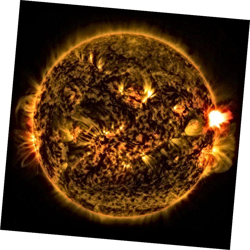 Eine Sonneneruption, die rechts im Bild sichtbar ist, tritt auf, wenn Magnetfeldlinien sich trennen und wieder verbinden, viel schneller als frühere Theorien vorausgesagt haben. (NASA)