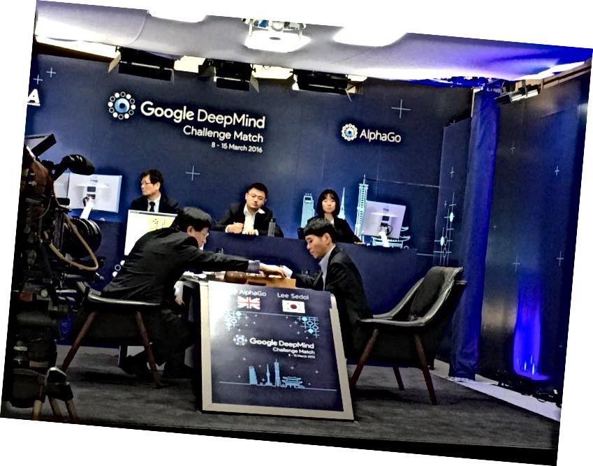 Još jedna fotografija, iz prve igre AlphaGo vs Lee Sedol.