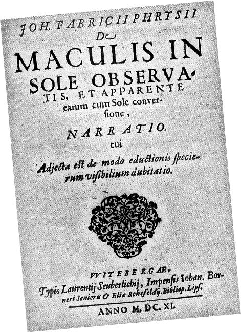 De Maculis in Sole obsatis et Rõ ràng Earum cum Sole Conversione Narratio (Tường thuật về các điểm quan sát trên mặt trời và sự xoay tròn rõ ràng của chúng với mặt trời), được xuất bản vào tháng 6 năm 1611, là bài báo khoa học đầu tiên được xuất bản mô tả các vết đen mặt trời. Hình ảnh phạm vi công cộng.