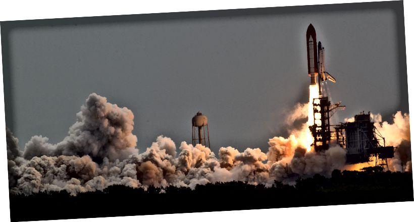 """""""Das Space Shuttle Atlantis startet für die STS-135-Mission zur Internationalen Raumstation in der letzten Mission des Space-Shuttle-Programms im Kennedy Space Center der NASA in Florida. Der Start war am 8. Juli 2011 um 11:29 Uhr (EDT). An Bord befinden sich die NASA-Astronauten Chris Ferguson, STS-135-Kommandant; Doug Hurley, Pilot; Sandy Magnus und Rex Walheim, beide Missionsspezialisten. """" - Bildnachweis: NASA Photo / Houston Chronicle, Smiley N. Pool"""