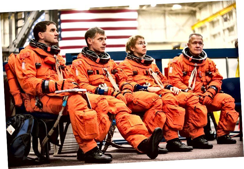 «Одетые в свои тренировочные версии стартового и челночного костюма, члены экипажа STS-135 слушают инструктаж экипажа перед началом тренировки в Центре подготовки космических аппаратов в космическом центре имени Джонсона в НАСА. Слева на снимке - астронавты НАСА Рекс Вальхейм, специалист миссии; Крис Фергюсон, командир; Сэнди Магнус, специалист миссии; и Даг Херли, пилот. Планируется, что STS-135 станет последней миссией программы космического шаттла. «- Кредит: НАСА