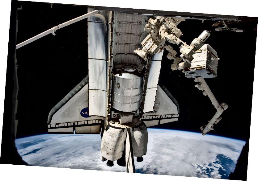 """""""Dies ist eine Ansicht des Space Shuttles Atlantis und seines Raffaello-Mehrzwecklogistikmoduls am letzten Tag des Andockens an die Internationale Raumstation. Das Objekt, das mit der Station rechts im Griff von Dextre, einer Roboterhand, verbunden ist, ist der Frachttransportcontainer-2 (CTC-2), der Anfang des Jahres von JAXAs HTV-2-Fahrzeug geliefert wurde. """" - Gutschrift: NASA"""