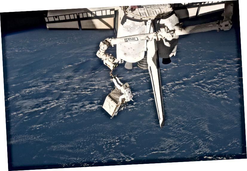 """""""Das Space Shuttle Atlantis startet für die STS-135-Mission zur Internationalen Raumstation in der letzten Mission des Space-Shuttle-Programms im Kennedy Space Center der NASA in Florida. Der Start war am 8. Juli 2011 um 11:29 Uhr (EDT). An Bord befinden sich die NASA-Astronauten Chris Ferguson, STS-135-Kommandant; Doug Hurley, Pilot; Sandy Magnus und Rex Walheim, beide Missionsspezialisten. """"- Bildnachweis: NASA Photo / Houston Chronicle, Smiley N. Poo."""