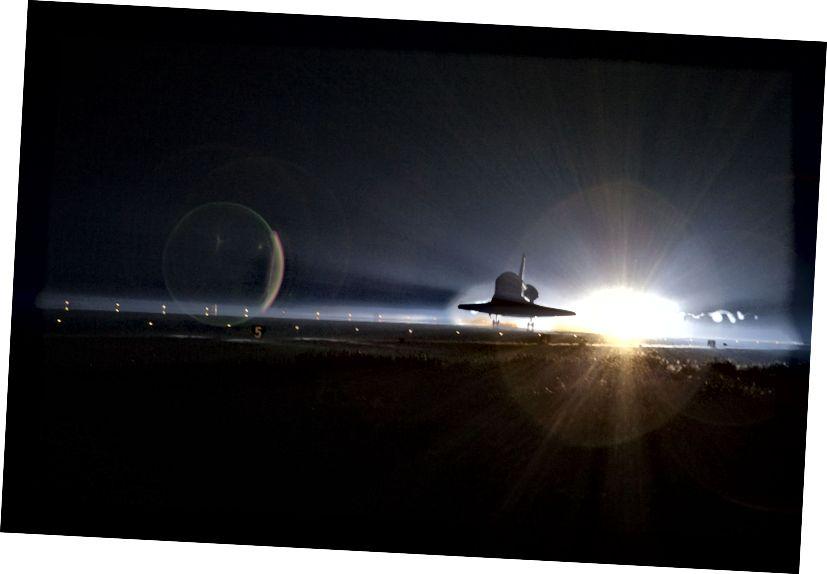 «Ленты пара и дыма следуют космическому шаттлу« Атлантис », когда он в последний раз приближается к посадке на взлетно-посадочной полосе Шаттла 15 в Космическом центре Кеннеди во Флориде». - Кредит: НАСА