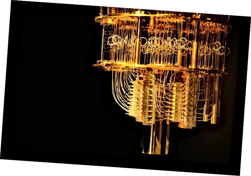 Халадзільнік з развядзеннем, падобны на гэты ад IBM, астуджае квантавыя чыпы да дастаткова нізкіх тэмператур, пры якіх могуць адбывацца перапланіроўкі і заблытанасці без страты інфармацыі. Выява Грэма Карлава / IBM Research.