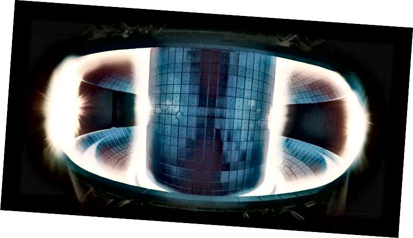 இந்த இணைவு உலையின் மையத்தில் உள்ள பிளாஸ்மா மிகவும் சூடாக இருக்கிறது, அது ஒளியை வெளியிடுவதில்லை; இது சுவர்களில் அமைந்துள்ள குளிரான பிளாஸ்மா மட்டுமே. சூடான மற்றும் குளிர்ந்த பிளாஸ்மாக்களுக்கு இடையில் காந்த இடைவெளியின் குறிப்புகளைக் காணலாம். படக் கடன்: தேசிய இணைவு ஆராய்ச்சி நிறுவனம், கொரியா.