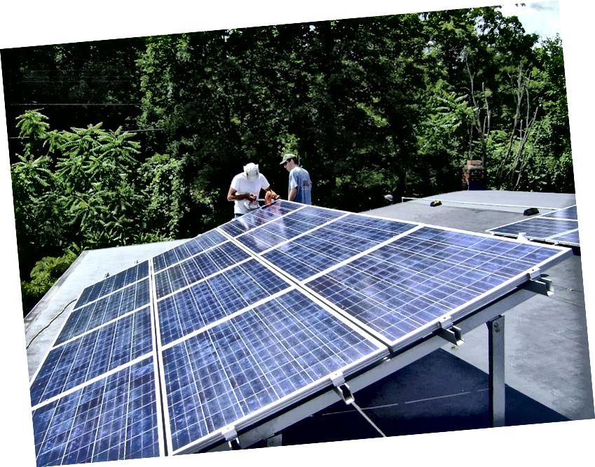 Δύο εργαζόμενοι που εγκαθιστούν μια φωτοβολταϊκή συστοιχία κλίσης σε στέγη κοντά στο Poughkeepsie, Νέα Υόρκη. Μια μικρή ρύθμιση 2 kW, μπορεί τώρα να διατίθεται στο εμπόριο με τιμή κάτω των 5000 $. Πιστωτική εικόνα: Χρήστης Wikimedia Commons Lucas Braun.