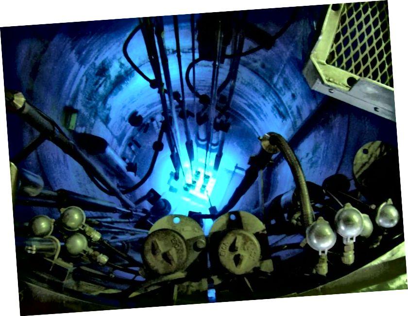 Eksperimenti bërthamor i reaktorit RA-6 (Republika Argjentinë 6), marsa, duke treguar rrezatimin karakteristik Cherenkov nga grimcat më të shpejta se drita në ujë të emetuara. Neutrinot (ose më saktë, antineutrinos) të hipotezuar së pari nga Pauli në 1930 u zbuluan nga një reaktor bërthamor i ngjashëm në 1956. (CENTRO ATOMICO BARILOCHE, VIA PIECK DARÍO)