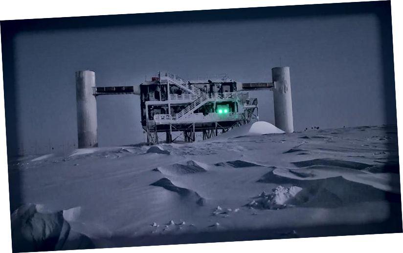 Observatori i IceCube, Observatori i Parë i Neutrinës në llojin e tij, është krijuar për të vëzhguar këto grimca të pakapshme, me energji të lartë nga poshtë akullit të Antarktikut. (EMANUEL JACOBI, ICECUBE / NSF)