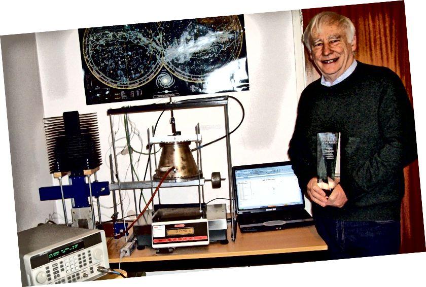 Erfinder Roger Shawyer mit einem Prototyp seines EMdrive. Bildnachweis: Roger Shawyer, Satellite Propulsion Research Ltd.