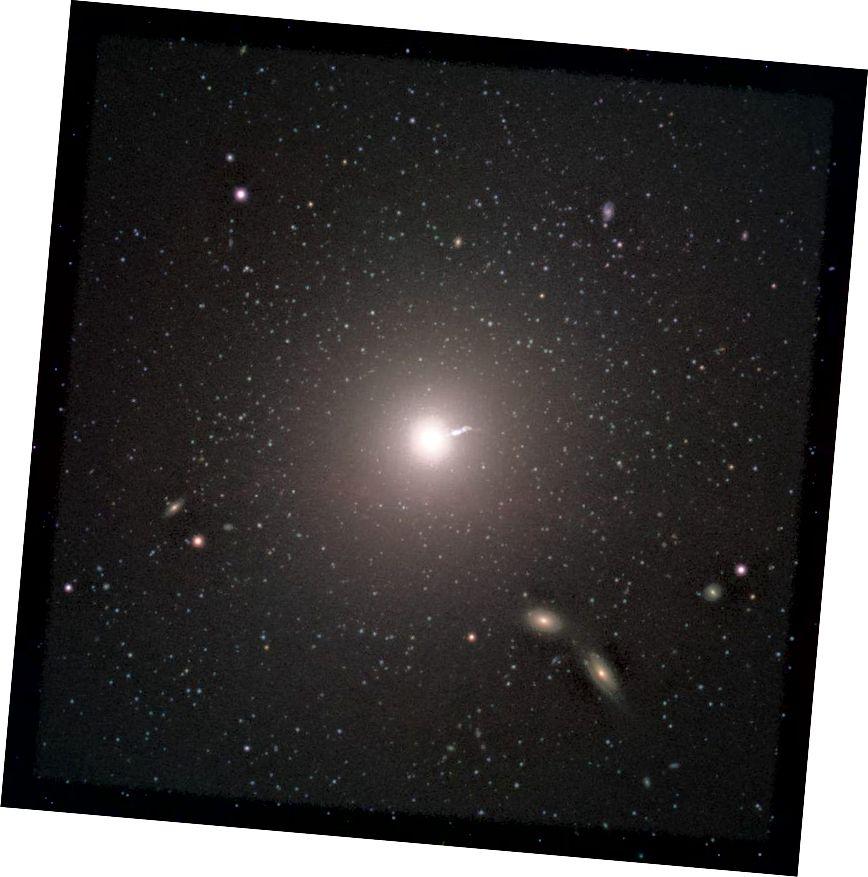 Położona około 55 milionów lat świetlnych od Ziemi galaktyka M87 zawiera ogromny relatywistyczny strumień, a także odpływy, które pojawiają się zarówno w radiu, jak i na zdjęciu rentgenowskim. Ten obraz optyczny przedstawia strumień; wiemy teraz z Event Horizon Telescope, że oś obrotu czarnej dziury wskazuje na Ziemię, przechyloną o około 17 stopni. (ESO)