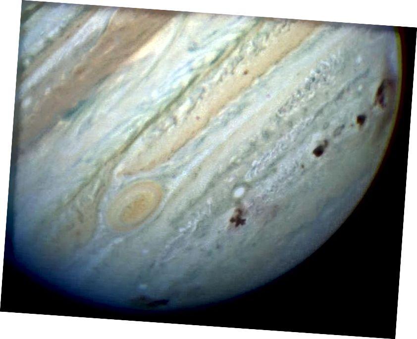 Выява Юпітэра з дапамогай планетарнай камеры касмічнага тэлескопа Hubble НАСА. Бачныя восем прыцэльных прыцэлаў. Злева направа - комплекс E / F (ячмень бачны на краі планеты), зорны ўчастак H, зорныя ўчасткі для малюсенькіх N, Q1, малых Q2 і R, а на крайняй правай канечнасці D / Г складаны. Комплекс D / G таксама паказвае падоўжаную смугу на краі планеты. (Камета Каметы Касмічнага Тэлескопа Хабла і НАСА)
