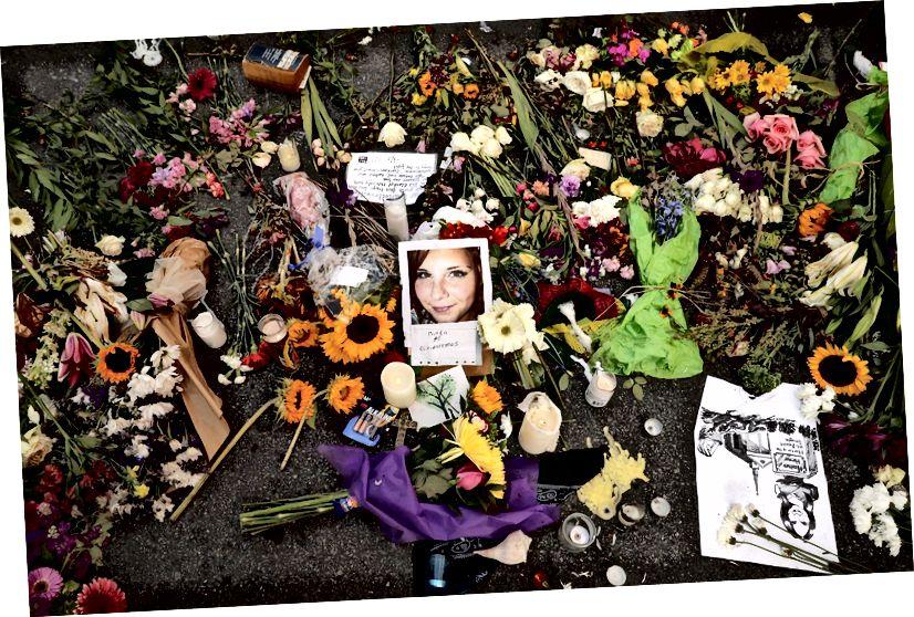 Tributes bao quanh một bức ảnh của Heather Heyer, tại chỗ cô bị giết. Ảnh: Getty Images / Chip Somodevilla / nhân viên